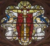 LONDON STORBRITANNIEN - SEPTEMBER 19, 2017: Korsfästelsen på målat glass i kyrka för ` s för St Mary Abbot Royaltyfri Foto