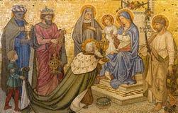 LONDON STORBRITANNIEN - SEPTEMBER 17, 2017: Mosaiken av tillbedjan av de tre vise männen kyrktar in vår dam av antagandet Arkivfoto