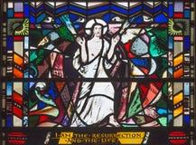LONDON STORBRITANNIEN - SEPTEMBER 16, 2017: Platsen av uppståndelsen målat glass i kyrkaSt Etheldreda Arkivfoton