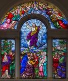 LONDON STORBRITANNIEN - SEPTEMBER 15, 2017: Uppstigningen av Herren på det satined exponeringsglaset av kyrkan för St James ` s Royaltyfri Foto