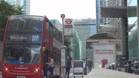 London-Straßen-Bild mit den Leuten, die durch einen Busbahnhof im Stadtzentrum gehen stock video footage