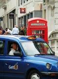 London-Straßenbild, Taxi und Telefonkasten Lizenzfreie Stockfotografie