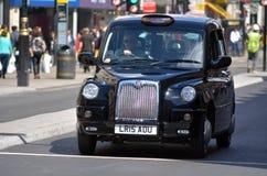 London svärtar taxin i den Oxford gatan London UK Royaltyfria Bilder