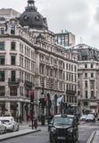 London svarttaxi i den Oxford gatan Royaltyfri Fotografi