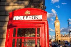 London-Symbole mit BIG BEN und rote TELEFONZELLEN in England, Großbritannien Stockfotografie