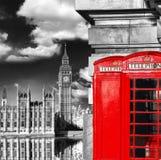 London symboler med BIG BEN och röda TELEFONBÅS i England Arkivfoton
