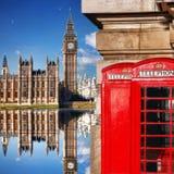 London symboler med BIG BEN och röda TELEFONBÅS i England Arkivbild