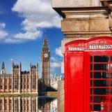 London symboler med BIG BEN och röda TELEFONBÅS i England Fotografering för Bildbyråer