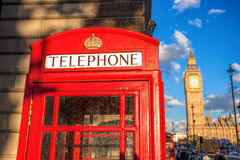 London symboler med BIG BEN och röda TELEFONBÅS i England, UK Arkivbild