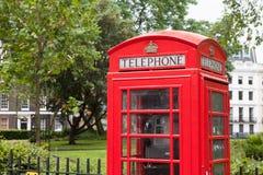 London-SymbolTelefonzelle im Wohngebiet Lizenzfreie Stockfotografie