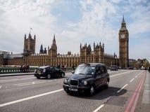 London taxi och den mest berömda gränsmärket Big Ben Royaltyfria Bilder