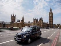 London taxi och den mest berömda gränsmärket Big Ben Arkivbilder