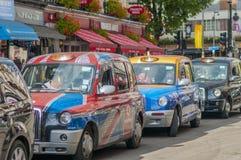 London taxiar som väntar på trafikljuset Arkivfoton