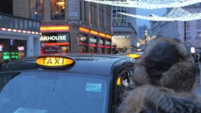 London-Taxis am Abend stock footage