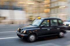 London taxitaxi på flyttningen royaltyfri bild