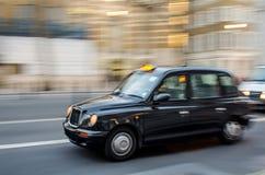 London taxitaxi på flyttningen Royaltyfri Bild