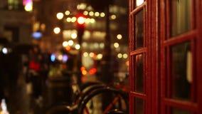 London-Telefonzelle als sie regnet im Hintergrund nachts stock footage