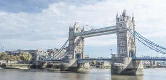 London tornbro i birghtsolsken fotografering för bildbyråer