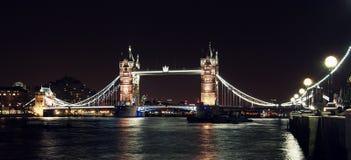 London tornbro på natten från den södra banken Royaltyfri Fotografi