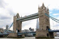 London tornbro över Thames River Arkivfoton