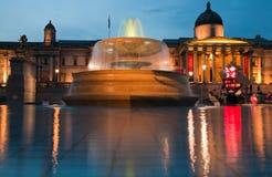London Trafalgar fyrkant på nighttimen Fotografering för Bildbyråer