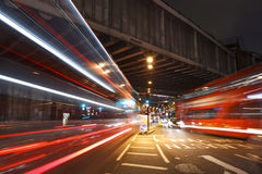 London trafik på natten på den London brostationen royaltyfria foton