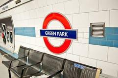 London tunnelbana på den GRÖNA PARKstationen Arkivfoton