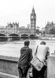 London turister som tycker om sikten över flodThemsen och Westminster - LONDON - STORBRITANNIEN - SEPTEMBER 19, 2016 Arkivbild