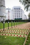LONDON-TURM - 11. OKTOBER 2014 Keramische Mohnblumeninstallation vorbei Lizenzfreies Stockbild
