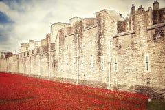LONDON-TURM - 11. OKTOBER 2014 Keramische Mohnblumeninstallation vorbei Lizenzfreies Stockfoto