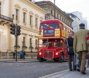 London turnerar den röda touristic bussen Arkivfoto