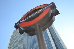 London-U-Bahnhofs-Zeichen-Tageszeit Lizenzfreie Stockfotos