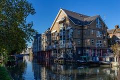 """LONDON UK †""""Oktober 21, 2018: Rader av husbåtar och smala fartyg på kanalbankerna på regents kanal bredvid Paddington i royaltyfria bilder"""