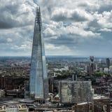 LONDON/UK - 15 ΙΟΥΝΊΟΥ: Άποψη του κτηρίου Shard στο Λονδίνο σε Ju Στοκ Εικόνες