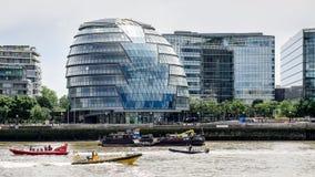 LONDON/UK - 15 ΙΟΥΝΊΟΥ: Αεριωθούμενες βάρκες που περνούν την αίθουσα Ciy στο Λονδίνο σε Ju Στοκ φωτογραφία με δικαίωμα ελεύθερης χρήσης