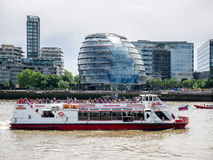 LONDON/UK - 15 ΙΟΥΝΊΟΥ: Βάρκα κρουαζιέρας που δίνει την αίθουσα Ciy στο Λονδίνο Στοκ Φωτογραφίες