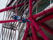 LONDON/UK - 13 ΜΑΐΟΥ: Το γλυπτό τροχιάς ArcelorMittal στο Qu Στοκ εικόνα με δικαίωμα ελεύθερης χρήσης