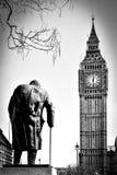 LONDON/UK - 13 ΜΑΡΤΊΟΥ: Άγαλμα του Winston Churchill στο Κοινοβούλιο Στοκ Εικόνες
