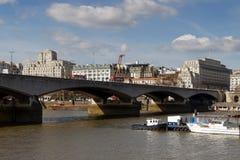LONDON/UK - 21 ΜΑΡΤΊΟΥ: Άποψη πέρα από τη γέφυρα του Βατερλώ στο Λονδίνο επάνω Στοκ φωτογραφία με δικαίωμα ελεύθερης χρήσης