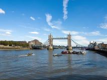 LONDON/UK - 12 ΣΕΠΤΕΜΒΡΊΟΥ: Άποψη της γέφυρας πύργων και του θορίου ποταμών Στοκ εικόνες με δικαίωμα ελεύθερης χρήσης