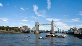 LONDON/UK - 12 ΣΕΠΤΕΜΒΡΊΟΥ: Άποψη της γέφυρας πύργων και του θορίου ποταμών Στοκ Φωτογραφίες