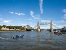 LONDON/UK - 12 ΣΕΠΤΕΜΒΡΊΟΥ: Άποψη της γέφυρας πύργων και του θορίου ποταμών Στοκ εικόνα με δικαίωμα ελεύθερης χρήσης