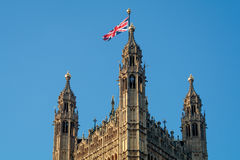 LONDON/UK - 13 ΦΕΒΡΟΥΑΡΊΟΥ: Άποψη των ηλιοφώτιστων σπιτιών Parliamen Στοκ εικόνες με δικαίωμα ελεύθερης χρήσης
