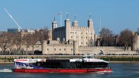 LONDON/UK - 13 ΦΕΒΡΟΥΑΡΊΟΥ: Βάρκα τουριστών που περνά τον πύργο Lond Στοκ φωτογραφία με δικαίωμα ελεύθερης χρήσης
