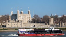 LONDON/UK - 13 ΦΕΒΡΟΥΑΡΊΟΥ: Βάρκα τουριστών που περνά τον πύργο Lond Στοκ Φωτογραφίες