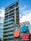 LONDON/UK - 15-ОЕ АВГУСТА: Здание с современным художественным произведением около Виктора Стоковые Фото