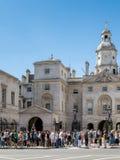 LONDON/UK - 15-ОЕ АВГУСТА: Личные охраны на обязанности в Уайтхолле Лондоне w Стоковые Фотографии RF