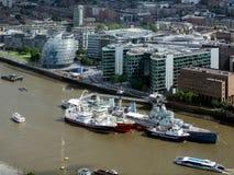 LONDON/UK - 15-ОЕ ИЮНЯ: HMS Белфаст и другие шлюпки причалил в Стоковые Изображения