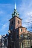 LONDON/UK - 7-ОЕ МАРТА: Все освящает церковью башни в Лондоне стоковые изображения rf