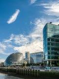 LONDON/UK - 12-ОЕ СЕНТЯБРЯ: Здание муниципалитет и другие современные здания Стоковая Фотография